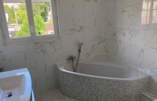 salle de bain aux jolis matériaux